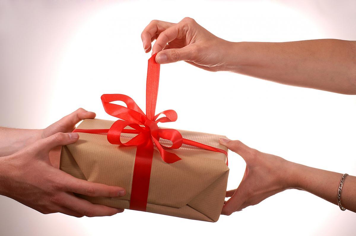 Картинки про подарки на 8 марта